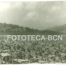 Fotografía antigua: FOTO ORIGINAL PLAYA SAN SEBASTIAN DONOSTIA AÑO 1962 - 10X7 CM. Lote 86719904