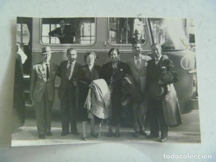 FOTO DE GENTE RECIENDA LLEGADOS EN EL AUTOBUS (Fotografía Antigua - Fotomecánica)
