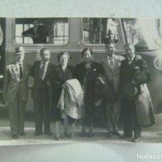 Fotografía antigua: FOTO DE GENTE RECIENDA LLEGADOS EN EL AUTOBUS. Lote 86871460