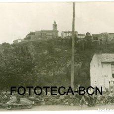 Fotografía antigua: FOTO ORIGINAL BAR DE CARRETERA MOTO SCOOTER VESPA MATRICULA LLEIDA LERIDA AÑOS 60 - 10,5X7,5 CM . Lote 86992608