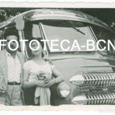 Fotografía antigua: FOTO ORIGINAL PAREJA JUNTO A AUTOCAR AUTOBUS ESPAÑA AÑOS 50/60 - 7,5X7,5 CM. Lote 87223584