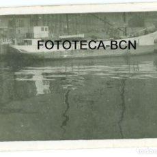 Fotografía antigua: FOTO ORIGINAL BARCO POSIBLEMENTE PUERTO DE BARCELONA AÑOS 40/50 - 9X6 CM. Lote 87229424