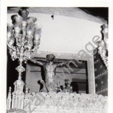 Fotografía antigua: SEMANA SANTA SEVILLA,1972, SALIDA PASO CRISTO HERMANDAD DE SANTA CRUZ, 76X110MM. Lote 87363860