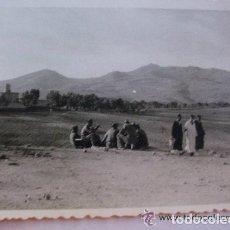 Fotografía antigua: PROTECTORADO : SOLDADOS ESPAÑOLES Y MOROS . MARRUECOS, 1955. Lote 87459028