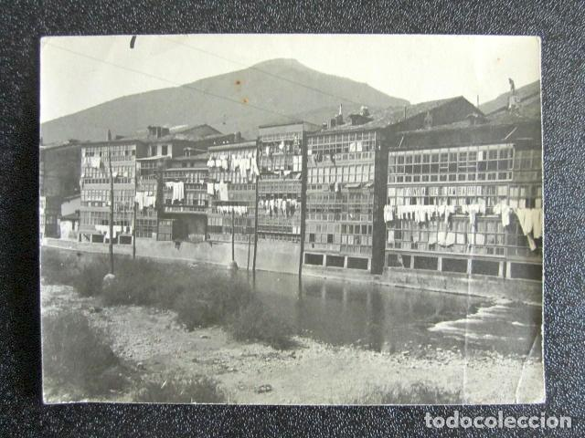 ANTIGUA FOTOGRAFÍA DE VALMASEDA, VIZCAYA. CASAS A ORILLAS DEL RÍO. FONDA DE LAMBARRI. 10,8 X 8 CM (Fotografía Antigua - Fotomecánica)