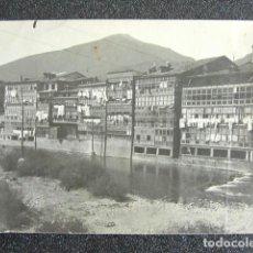 Fotografía antigua: ANTIGUA FOTOGRAFÍA DE VALMASEDA, VIZCAYA. CASAS A ORILLAS DEL RÍO. FONDA DE LAMBARRI. 10,8 X 8 CM. Lote 199633683