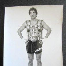 Fotografía antigua: ANTIGUA FOTOGRAFÍA FAMOSO BOXEADOR JOSE MANUEL URTAIN POSANDO CON SUS TROFEOS. 24 X 18 CM . Lote 87503056