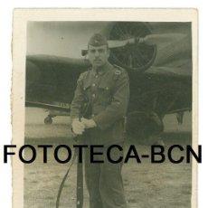 Fotografía antigua: FOTO ORIGINAL SOLDADO SERVICIO MILITAR AVION JUNKERS BASE AEREA ZARAGOZA AÑO 1947 - 8X5,5 CM. Lote 89364356