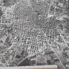 Fotografía antigua: MANACOR (MALLORCA). GRAN FOTO AÉREA (60 X 50 CM). HACIA 1970. SELLO EN LA PARTE POSTERIOR: EJÉRCIT. Lote 89699844