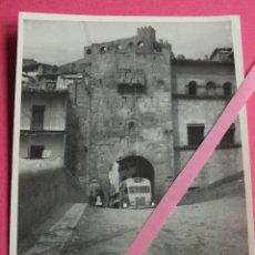Fotografía antigua: VALDERROBRES TERUEL PUERTA DE SAN ROQUE Y CASTILLO FOTO FOTOGRAFIA ANTIGUA. Lote 90444309