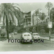 Fotografía antigua: FOTO PALMA DE MALLORCA PASEO SAGRERA ESCULTURA RUBEN DARIO TAXI SEAT 1400 COCHE RENAULT AÑOS 60. Lote 90513205