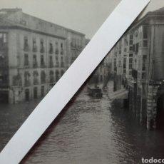 Fotografía antigua: FOTO INÉDITA. RIADA EN CALLE DE SANTANDER, CERCA DEL DIARIO 'EL CASTELLANO'.. Lote 90800975