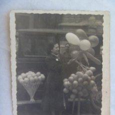 Fotografía antigua: FOTO DE SEÑORA VENDEDORA DE GLOBOS, AÑOS 30 . COCHE DE EPOCA. Lote 148093950