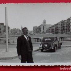 Fotografía antigua: BONITA FOTOGRAFIA DE GIRONA - RIO ONYAR-PUENTE PIEDRA Y CATEDRAL- COCHE Y PERSONA... R-6521. Lote 91575650