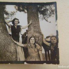 Fotografía antigua: FOTO DE SEÑORITAS VESTIDAS DE FLAMENCA EN ROMERIA . AÑOS 30. Lote 92142620