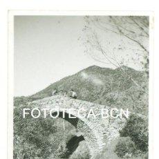 Fotografía antigua: FOTO ORIGINAL PUNENTE SOBRE EL RIO LLOBREGAT CASTELLAR DE N'HUG AÑO 1945 - 8X5,5 CM. Lote 92877375