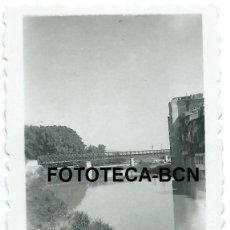 Fotografía antigua: FOTO ORIGINAL GIRONA GERONA PUENTE DE LAS PEIXETERES VELLES EIFFEL RIO ONYAR AÑOS 50 - 6X4 CM. Lote 93269780