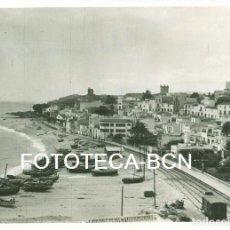 Fotografía antigua: FOTO ORIGINAL SANT POL DE MAR VIAS DEL TREN PLAYA BARCAS PESCADORES AÑO 1948 - 11X8 CM. Lote 93565825