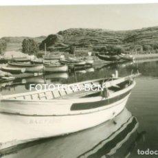 Fotografía antigua: FOTO ORIGINAL PORT LLIGAT BARCAS PESCADORES COSTA BRAVA AÑOS 60 - 10,5X7,5 CM. Lote 93759190