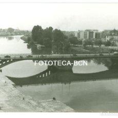 Fotografía antigua: FOTO ORIGINAL SEVILLA PUENTE DE SAN TELMO RIO GUADALQUIVIR AÑOS 60 - 10,5X7,5 CM. Lote 93760975