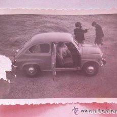 Fotografía antigua: FOTO DE FAMILIA EN SEAT 600 , SEITA . 7 X 10 CM. Lote 94020960