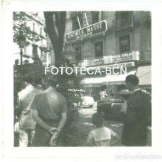 Fotografía antigua: FOTO ORIGINAL BARCELONA LA RAMBLA CON CALLE CANUDA ESCUELA IDIOMAS MASSE TAXI SEAT AÑOS 50/60. Lote 94549539