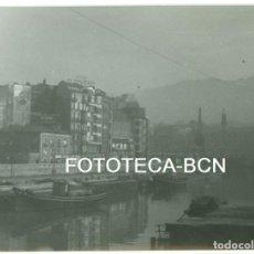 Fotografía antigua: FOTO ORIGINAL RIA DE BILBAO BARCAS BARCAZAS GRUA AÑOS 60 - 10,5X7,5 CM. Lote 94553227