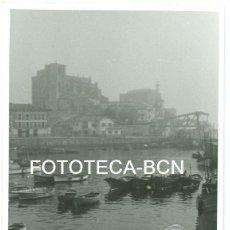 Fotografía antigua: FOTO ORIGINAL CASTRO URDIALES PUERTO BARCAS PESCADORES AÑOS 60 - 10X7 CM. Lote 94556719