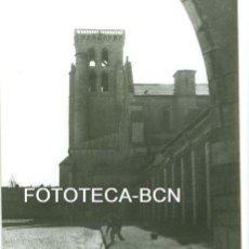 Fotografía antigua: FOTO ORIGINAL MONASTERIO DE HUELGAS BURGOS OPERARIO CUIDANDO EL CESPED AÑOS 60 - 10,5X7,5 CM. Lote 94564255