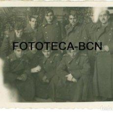Fotografía antigua: FOTO ORIGINAL MILITARES TRAS JURA BANDERA SERVICIO MILITAR EN ZARAGOZA AÑO 1946 - 8,5X5 CM. Lote 94646067