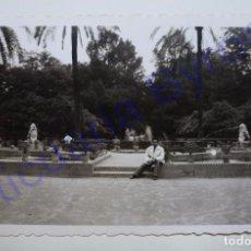 Fotografía antigua: FOTOGRAFÍA ANTIGUA ORIGINAL. FUENTE DE LOS LEONES. PARQUE DE MARÍA LUISA. SEVILLA. AÑO 1956. Lote 94741679
