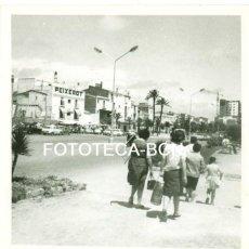 Fotografía antigua: FOTO ORIGINAL VILANOVA I LA GELTRU RESTAURANTE PEIXEROT AÑOS 60 TURISMO - 8X8 CM. Lote 94746639