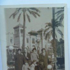 Fotografía antigua: MINUTERO FOTOGRAFO DEL PARQUE Mª LUISA SEVILLA : FAMILIA EN PLAZA DE LAS PALOMAS CON GLOBOS. Lote 94773719