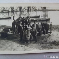 Fotografía antigua: FOTO DE GRUPO DE HOMBRES EN UNA BARCA , PASO DEL GUADALQUIVIR POR CORIA. Lote 95084091