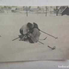 Fotografia antiga: FOTO DE DOS ESQUIADORES BESANDOSE EN LA NIEVE. AÑOS 30. Lote 95110351