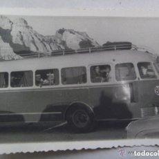 Fotografía antigua: FOTO DE UN AUTOBUS DEL PARQUE MOVIL MINISTERIAL, MATRICULA PMM. MAZAGON 1962.. Lote 95179191