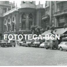 Fotografía antigua: FOTO ORIGINAL VALENCIA PLAZA DEL AYUNTAMIENTO COCHE DODGE LAND ROVER AUTHI RENAULT TAXI SEAT AÑOS 60. Lote 95678271
