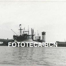 Fotografía antigua: FOTO ORIGINAL PUERTO DE BARCELONA BARCO MERCANTE AÑOS 50 - . Lote 95678563