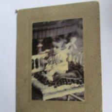 Fotografía antigua: 1909 NIÑO EN SU CUNA. CHILD IN YOUR COT. BÉBÉ DANS SON BERCEAU. FOTO CARTON DURO. PHOTO HARD CARTON.. Lote 95715975
