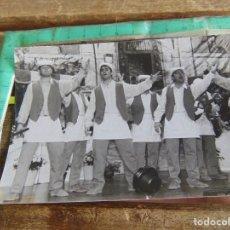 Fotografía antigua: FOTO FOTOGRAFIA CARNAVAL DE CADIZ CARNAVALES EN EL TEATRO COMPARSA PLAZA DE LAS FLORES. Lote 95795775