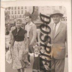 Fotografía antigua: ANTIGUA FOTO, FOTO FAMILIAR, GUILLET-FRANCIA, 1952, 7X10. Lote 95833003