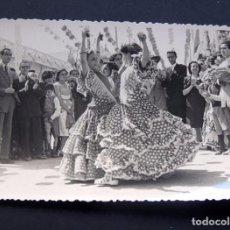 Fotografía antigua: FOTOGRAFIA DE SEVILLANAS BAILANDO / FOTO SEVILLA. Lote 95836795