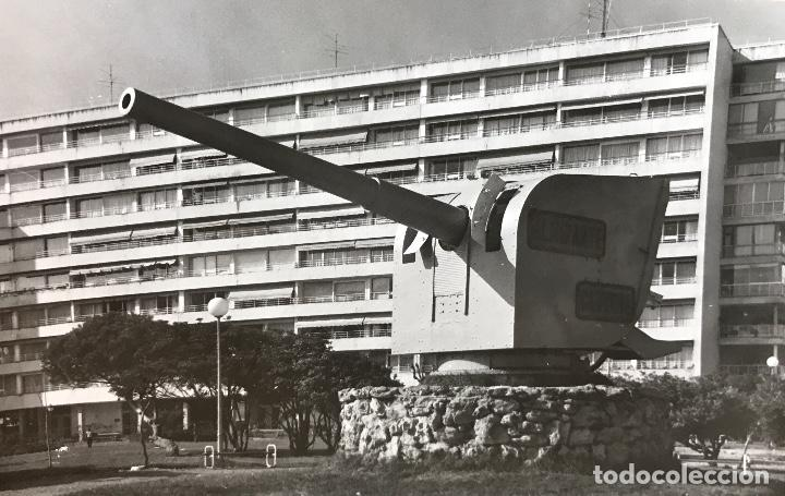 SANTANDER - EDIFICIO FEYGÓN, EN PRIMER TÉRMINO EL CAÑÓN DEL BUQUE ALMIRANTE CERVERA - AÑOS 70 (Fotografía Antigua - Fotomecánica)