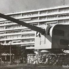 Fotografía antigua: SANTANDER - EDIFICIO FEYGÓN, EN PRIMER TÉRMINO EL CAÑÓN DEL BUQUE ALMIRANTE CERVERA - AÑOS 70. Lote 95845911