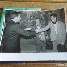 Fotografía antigua: FOTO FOTOGRAFIA CARNAVAL DE CADIZ CARNAVALES PASACALLES DESFILE TEATRO PREMIO COMPARSA BUENA GENTE. Lote 95902199