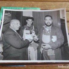 Fotografía antigua: FOTO FOTOGRAFIA CARNAVAL DE CADIZ CARNAVALES PASACALLES PREMIO CHIRIGOTA . Lote 95903111