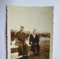 Fotografía antigua: DOS HOMBRES SENTADOS. OF THE SITTING MEN. DES HOMMES DE SÉANCE.. Lote 95916975
