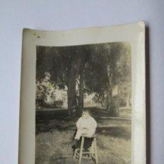 Fotografía antigua: BEBÉ BANCO Y MADRE ESCONDIDA. BABY AND MOTHER HIDDEN. . Lote 95977043