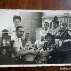 Fotografía antigua: ANTIGUA FOTOGRAFÍA. FALLERA Y FALLERO EN EL CARRUAJE. VALENCIA. FOTO FALLAS.. Lote 97054183