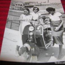 Fotografía antigua: MUY BONITA FOTOGRAFIA CON BELLAS SEÑORITAS Y MOTO LAMBRETTA,ANTIGUA . Lote 97228651